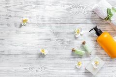 applicera genomskinlig fernissa för omsorgshud Salta Spa och lotion på träcopyspace för bästa sikt för tabellbakgrund Arkivbild