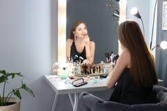 applicera härligt makeupkvinnabarn Royaltyfri Foto