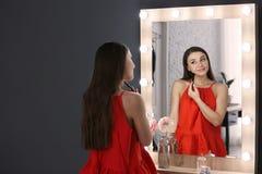 applicera härligt makeupkvinnabarn Royaltyfria Foton