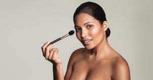 applicera härligt makeupkvinnabarn Royaltyfri Fotografi