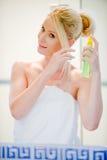Applicera hårspray royaltyfri fotografi