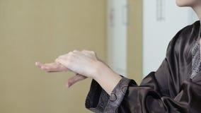 Applicera handkräm Handkräm från ett rör stock video