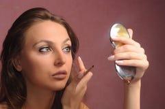 applicera henne sminkkvinna Fotografering för Bildbyråer