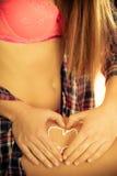 applicera kräm- fuktighetsbevarande hudkräm Omsorg för kvinnliga ben Arkivfoto