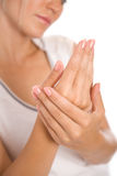 applicera kräm- händer till kvinnabarn Arkivfoto