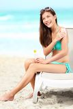 applicera kvinnan för lotionsunscreensolbränna Fotografering för Bildbyråer