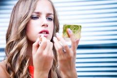 applicera läppstift Fotografering för Bildbyråer