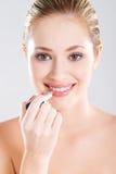 applicera läppstiftkvinnan Royaltyfri Foto