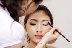 Applicera makeup royaltyfria foton