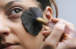 applicera makeup Arkivbild
