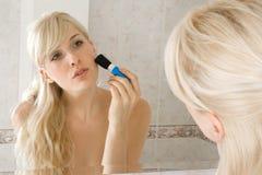 applicera makeup Fotografering för Bildbyråer