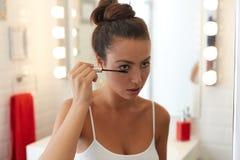 applicera makeupkvinnabarn Arkivfoto