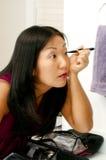 applicera makeupkvinnan Arkivbilder
