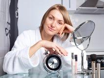 applicera makeupkvinnan Royaltyfri Foto