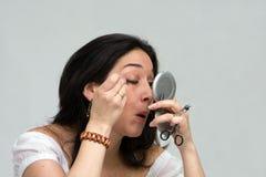 applicera makeupkvinnan Fotografering för Bildbyråer