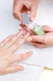 applicera manicuren som moisturizing, spikar Royaltyfri Fotografi