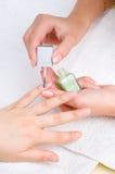 applicera manicuren som moisturizing, spikar Royaltyfri Foto