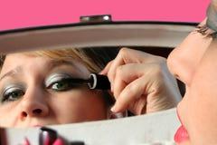 applicera mascara arkivfoto