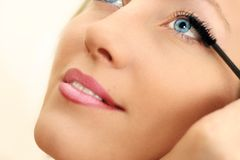 applicera mascara för det blåa ögat arkivfoton