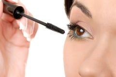 Applicera mascara som använder snärten, borsta arkivbild
