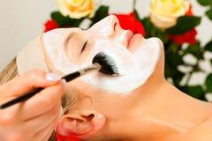 applicera maskeringen för skönhetskönhetsmedelansiktsbehandling Arkivfoton