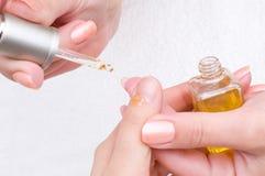 applicera moisturizing näring för manicure Royaltyfri Foto