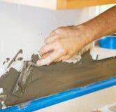 applicera morter till väggen Arkivbilder