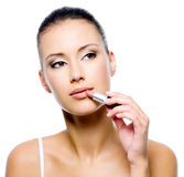 applicera skönhetläppstiftkvinnan Arkivbild