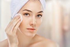 Applicera skönhetsmedelkräm Royaltyfria Foton