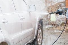 Applicera skum till bilen Straff bilen Kemi för bilen arkivbild