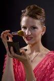 Applicera smink med en borste Royaltyfria Foton