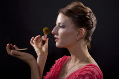 Applicera smink med en borste Arkivbilder