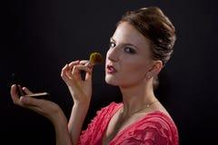 Applicera smink med en borste Fotografering för Bildbyråer