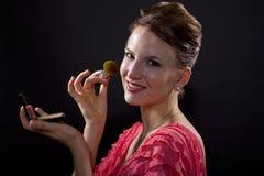 Applicera smink med en borste Royaltyfri Fotografi