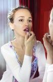 applicera sminkkvinnan Fotografering för Bildbyråer