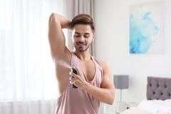applicera stiligt manbarn för deodorant royaltyfri fotografi