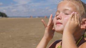 Applicera sunscreen för att vända mot och förkroppsliga arkivfoto