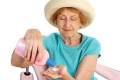 applicera sunscreenkvinnan Royaltyfri Fotografi