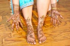 applicerad brud som får henna indiskt bröllop Arkivbild