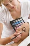 applicerade beauticianen som den har, gör brunnsorten upp kvinna arkivfoto