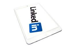 Applichi il iPad mini e collegato dentro Fotografia Stock