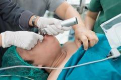 Applichi il laringoscopio per il tubo endotracheale dell'inserzione Immagine Stock