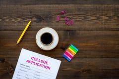 Applichi l'istituto universitario Il modulo di domanda vuoto dell'istituto universitario vicino alla tazza di caffè e la cancelle Fotografie Stock