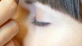 Applichi la mascara sui cigli video d archivio