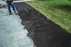 Applikation av bästa jord på den nya trottoaren Arkivfoton