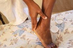 Applikation för hudkräm till hälet royaltyfri bild