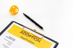 Applikation som adopterar barnet med attrappen på vit bakgrund royaltyfri fotografi
