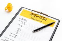 Applikation som adopterar barnet med attrappen på vit bakgrund fotografering för bildbyråer