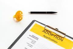 Applikation som adopterar barnet med attrappen på vit bakgrund royaltyfria foton