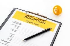 Applikation som adopterar barnet med attrappen p? vit bakgrund royaltyfri bild